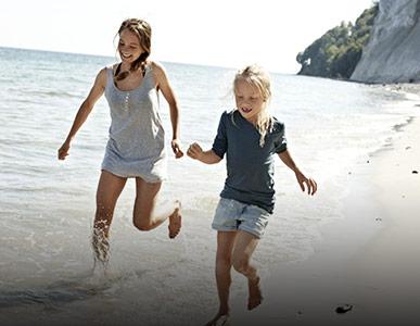 Kinder am Meer in Dänemark
